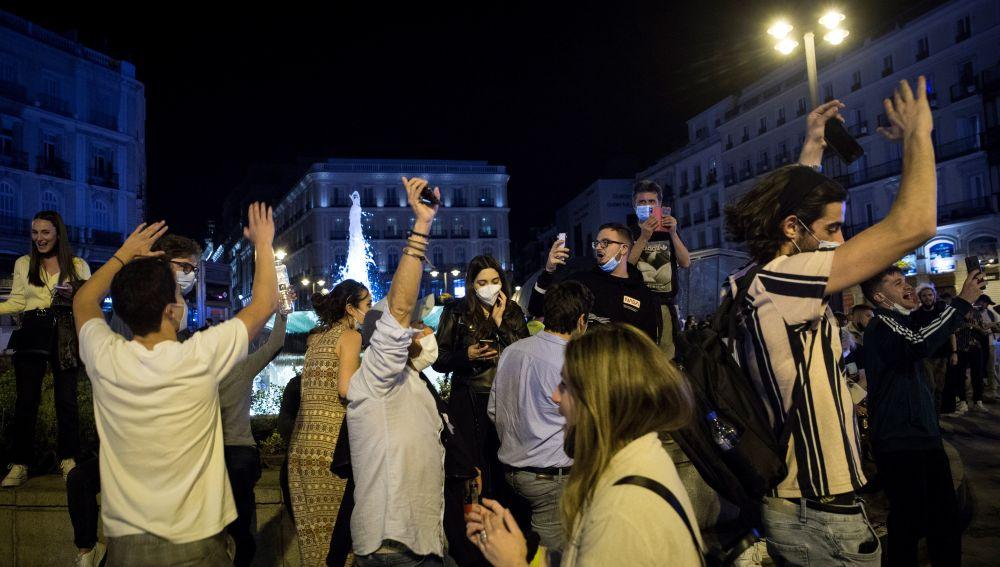 Madrid, 08/05/2021. Ambiente en la Puerta del Sol de Madrid tras el fin del estado de alarma. EFE/Luca Piergiovanni.