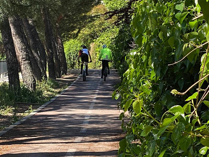 dos vecinos paseando en bicicleta por un tramo del carril bici de Torrelodones