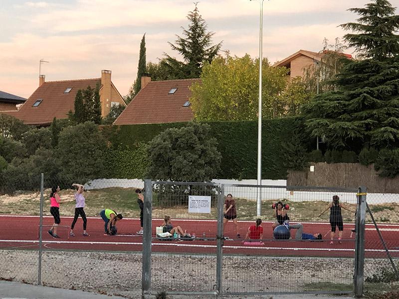 imagen de unos vecinos haciendo deporte en una pista de atletismo de Torrelodones