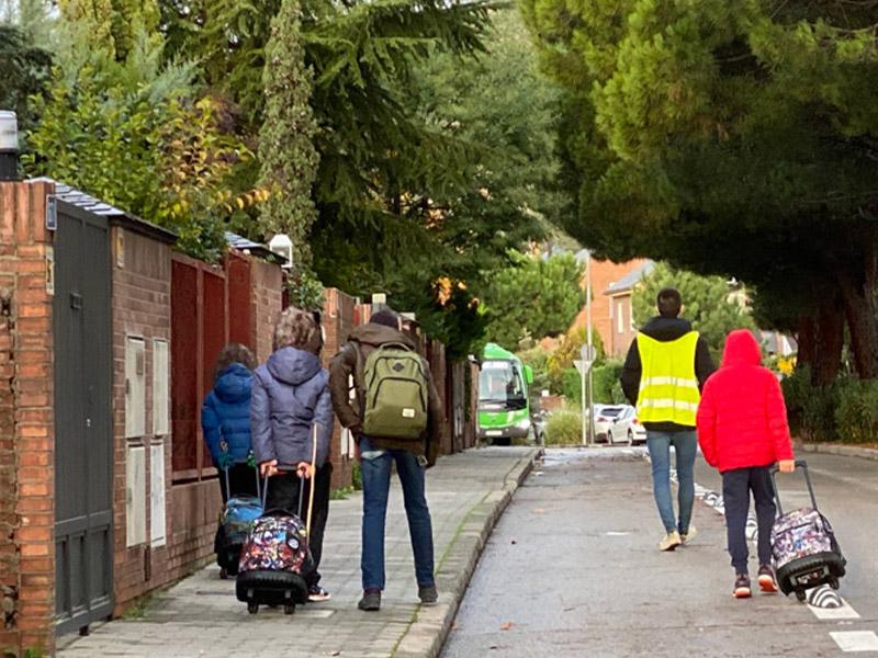 imagen de niños y niñas con mochilas