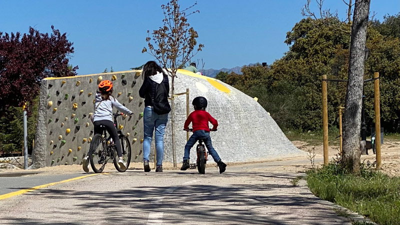 una familia pasea en bicicleta por Prado Grande